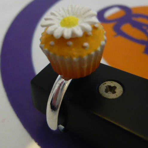 Oblue Ring featuring cupcake with pretty daisy decoration