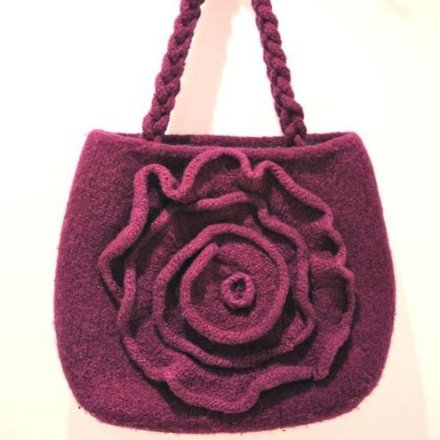 Free knitting pattern for a linen stitch shoulder bag.